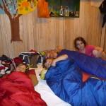 """Die vier Vorschulkinder, nach einer aufregenden Nacht in """"ihrem"""" Wald"""