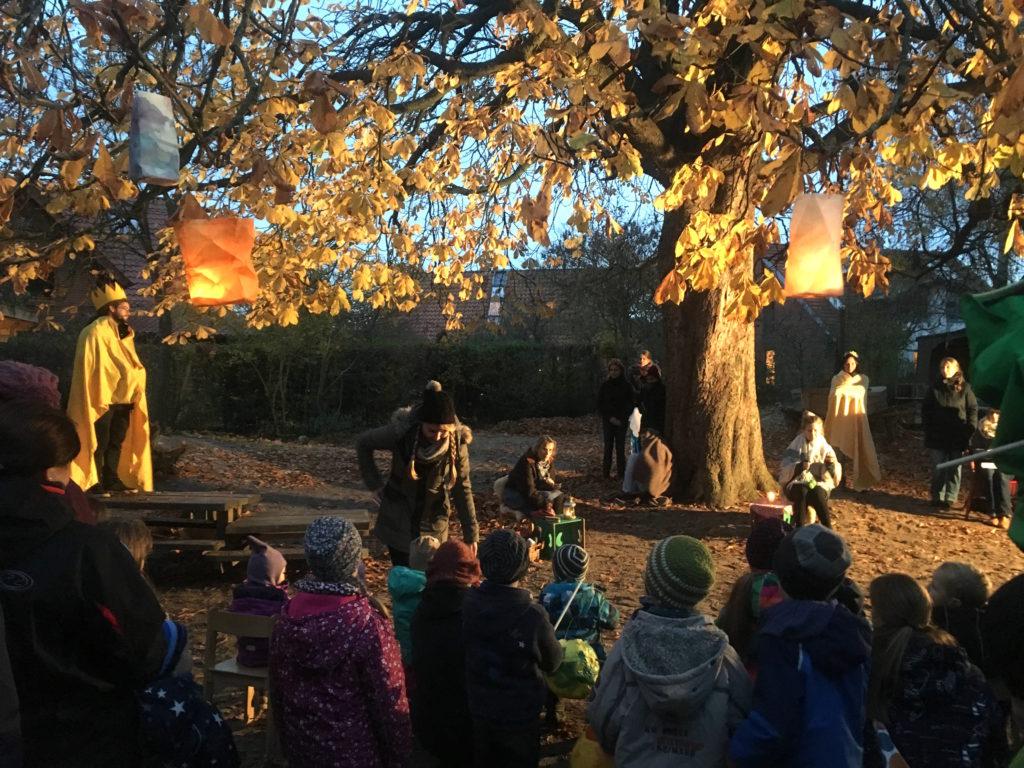 Theaterstück der Erzieherinnen und Erzieher läutete das Lichterfest ein